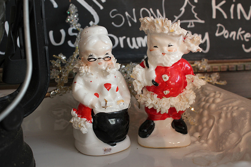 mr-nd-mrs-claus-salt-and-pepper-shakers